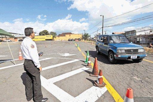Desde inicios de esta semana ocho policías de Tránsito y cuatro inspectores del Instituto Nacional de Aprendizaje, son los encargados de realizar e inspeccionar las pruebas prácticas de manejo.