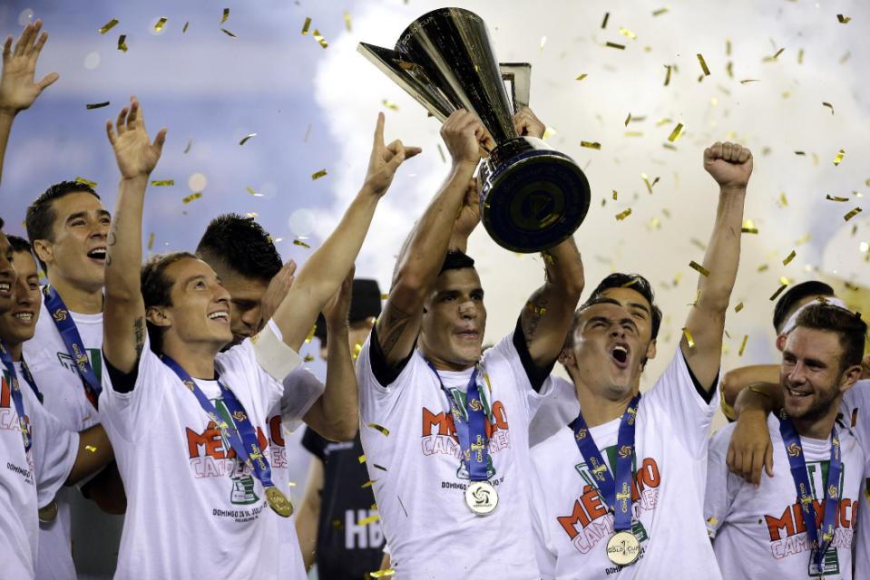 Mexico players celebrate after winning the CONCACAF Gold Cup championship soccer match against Jamaica, Sunday, July 26, 2015, in Philadelphia. Mexico won 3-1. (AP Photo/Michael Perez)