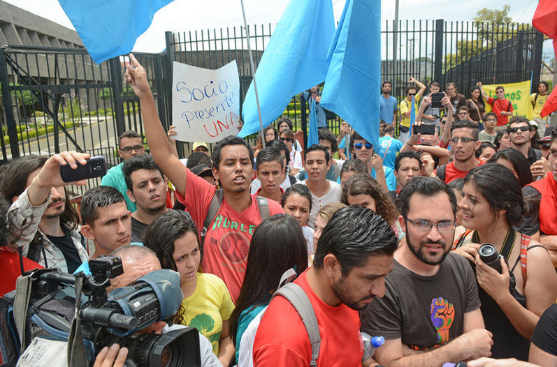 UCR students in front of Casa Presidencial Thursday,. Photo JONATHAN JIMÉNEZ, La Nacion